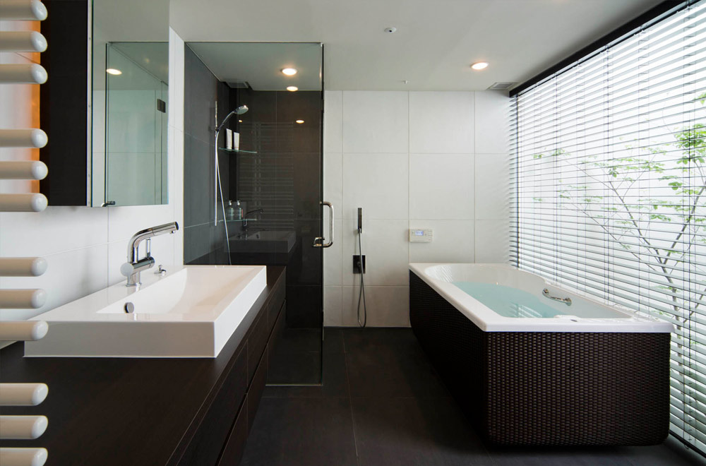 GLASS BRIDGE: Bathroom