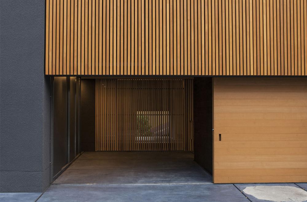 LOUVER FACADE: Entrance
