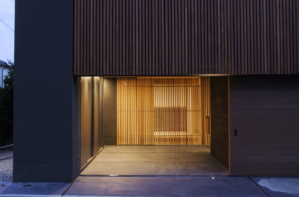 LOUVER FACADE: Entrance (in the night)
