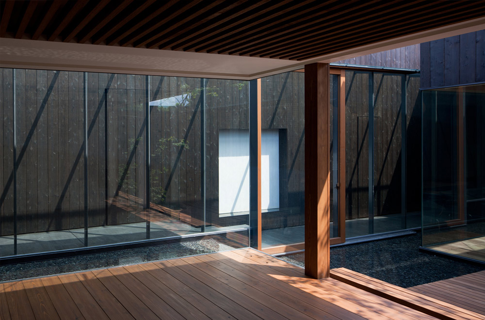 A HOUSE WITH A LITTLE STREAM: Deck terrace